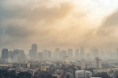 veduta skyline città immersa nello smog